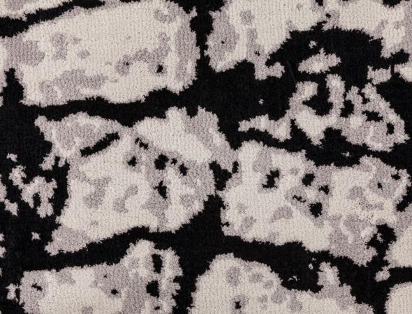שטיח בגוונים שחור ובז' העשוי מחומר מיקרו פייבר, נעים למגע וקל לתחזוקה.