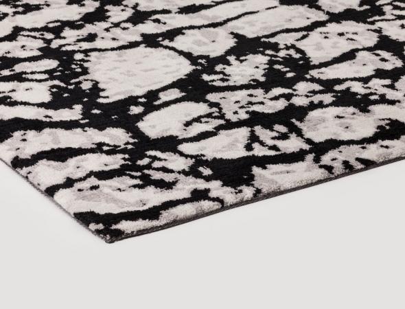 שטיח בגוונים שחור ובז' העשוי מחומר מיקרו פייבר נעים למגע וקל לתחזוקה.