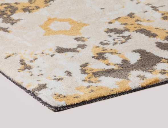 שטיח בגוון צהוב בז', מוקה  ממיקרו פייבר, נעים למגע וקל לתחזוקה.