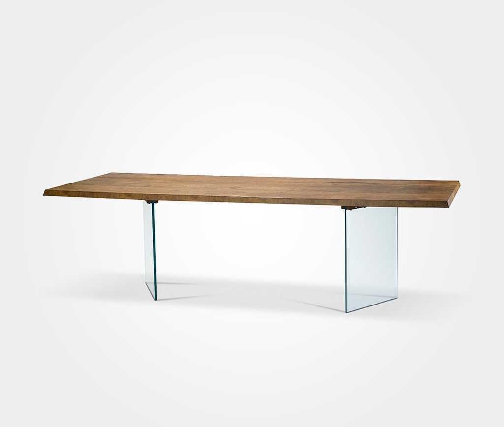 שולחן אוכל מפורניר אשוח תעשייתי ובסיס זכוכית. להשיג: אי די דיזיין, קומת הכניסה