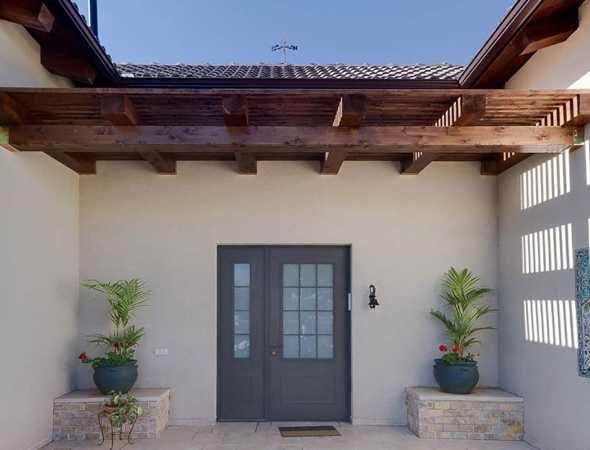 דלתות כניסה מאלומיניום  מיוצרות בפרופיל דק במיוחד, ומורכבות משתי שכבות אלומיניום ובניהן מלואת עץ. יחד עם העיצוב המרהיב, בכל דלת מותקן מנגנון נעילה חד-נקודתי או היקפי (כדוגמת עכביש). את דלתות הכניסה של ניתן לעצב באופן אישי, לשלב זכוכית ועץ ולקבל את דלת כניסה מאלומיניום במגוון צבעים רחב ותואם את יתר הבית.