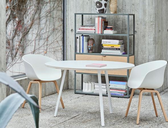 כיסא מעוצב בעל בסיס עץ ומושב פוליפרופילן