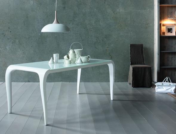 שולחן אוכל מודרני בעל מראה מינימליסטי עם רגלים מעוצבות ופלטה מזכוכית מחוסמת . שולחן האוכל נפתח גם לאירוח וקיים  בגוונים שונים.