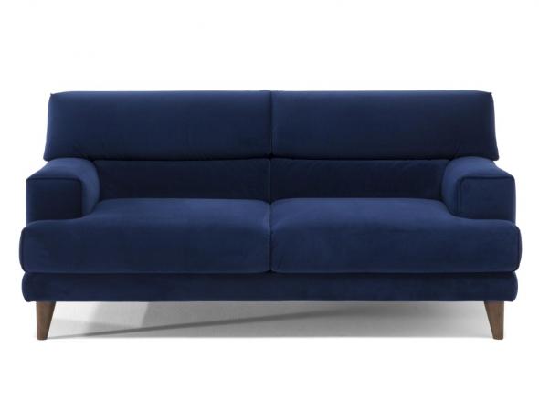 ספה דו מושבית מבד קטיפה בשילוב רגלי עץ