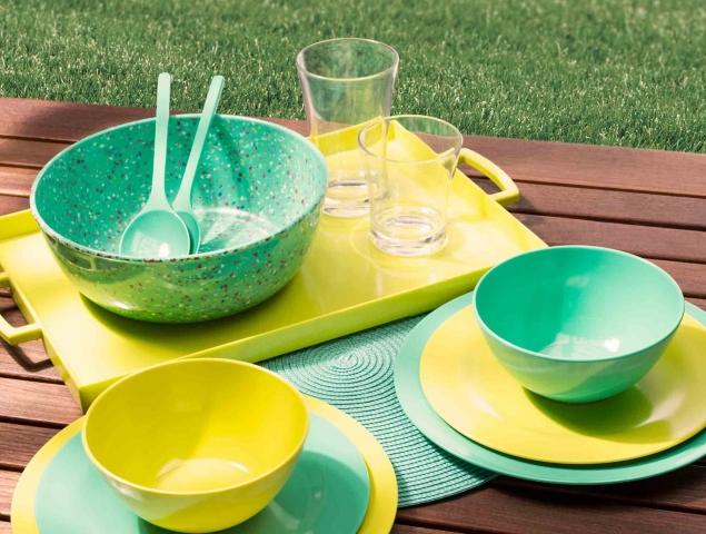 כלי הגשה צבעוניים אשר מתאימים לאירוח בחוץ