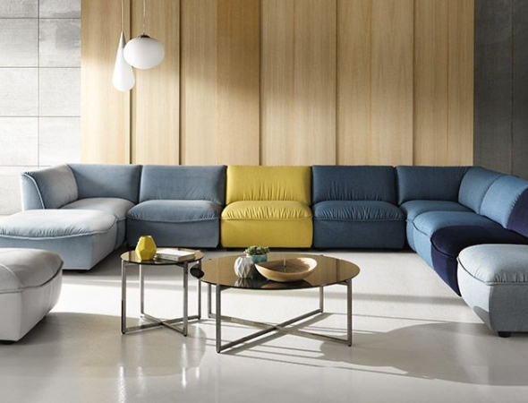 מערכת ישיבה מודולרית, בעלת מראה עוטף, נינוח ומזמין. המערכת בנויה ממודלים עצמאיים אשר מתחברים בהתאמה אישית וניתנים להזמנה במגוון בדים וצבעים