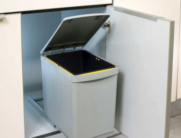 פתרון נוח ונגיש לאחסון פחי אשפה ביחידת ארון צרה - ברוחב 30 או 40 ס