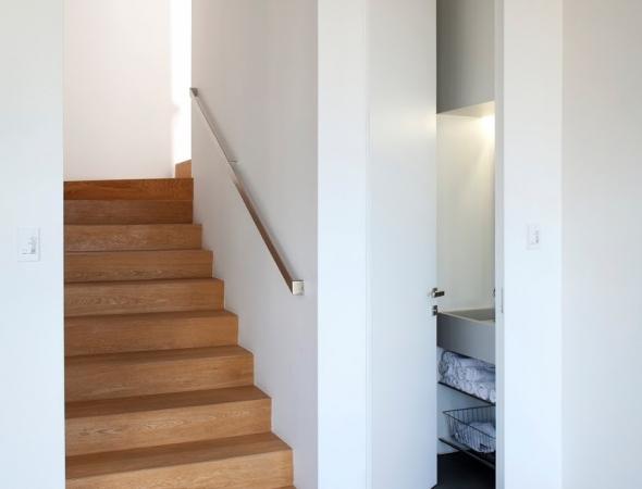דלת במישור הקיר, משקוף סמוי ללא משקוף עליון, דלת מיוצרת ע