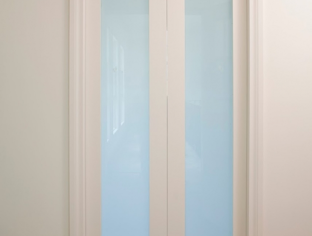 """דלת הזזה כפולה, מנגנון סקריניו עם הלבשות, מעוצב ע""""י נגר אמן"""
