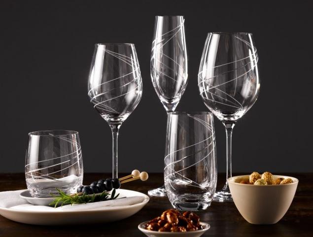 כוסות מעוטרות במגוון גדלים וצורות