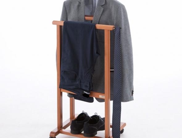 מתלה בגדים מעץ עם גלגלים