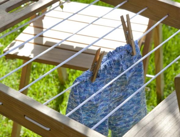 שולחן עץ נפתח עם חבלי תליה לייבוש כביסה