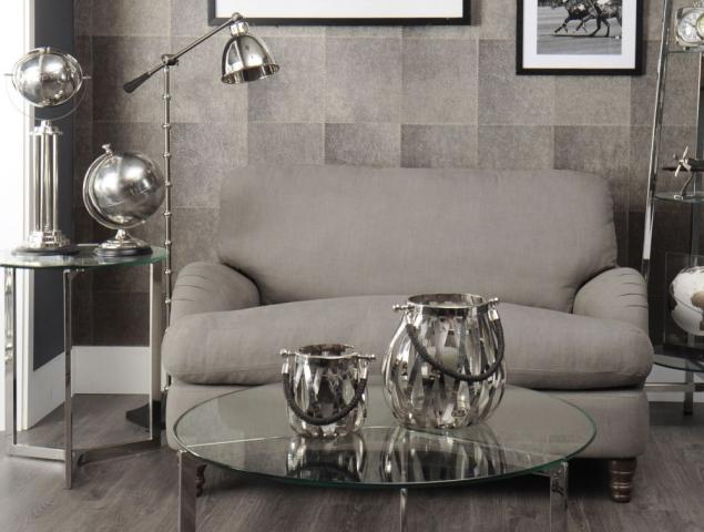 שולחן סלון בעל בסיס ניקל ומשטח זכוכית