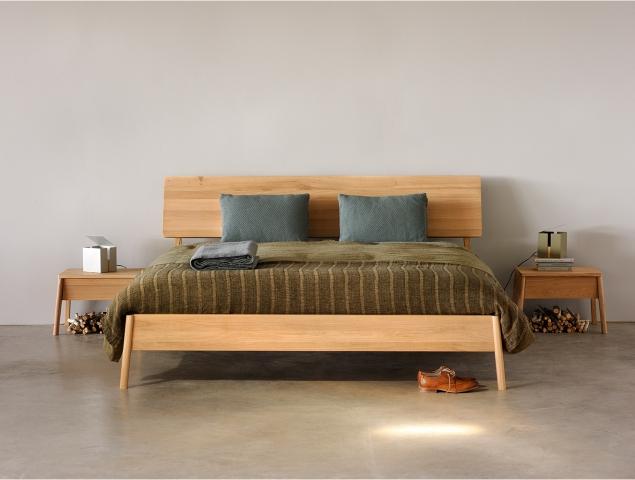 מיטה בעלת מסגרת עץ