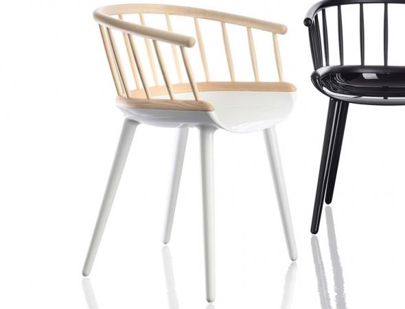 כסא בעל משענת מעץ