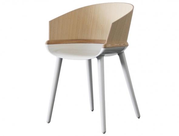 כסא מתכת לבנה בעל משענת מעץ