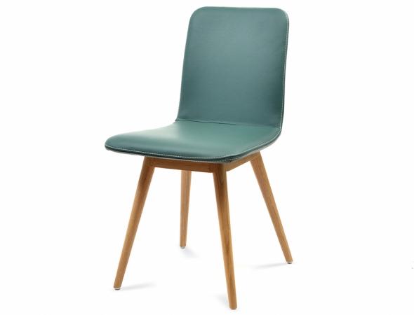 כסא מרופד עם רגלי עץ בצבע טורקיז