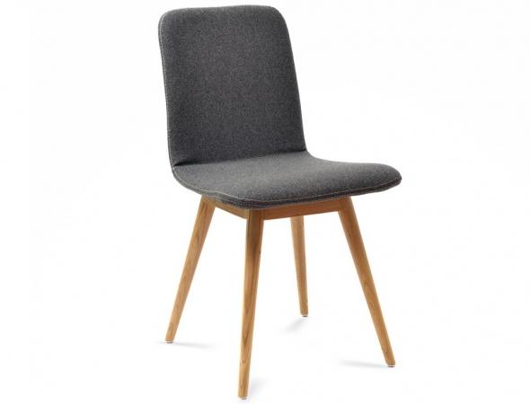 כסא מרופד עם רגלי עץ