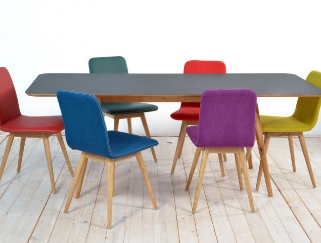 כסאות עם רגלי עץ