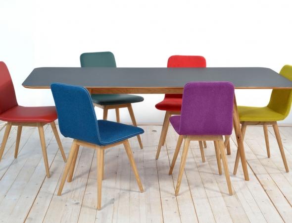 כיסאות מרופדים בשילוב רגלי עץ. ניתן להזמין ממגוון בדים וצבעים