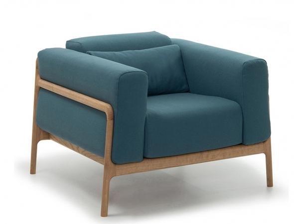 כורסא רחבה בעלת מסגרת עץ וכריות מרופדות