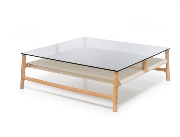 שולחן סלון המשלב מסגרת עץ עם משטח זכוכית
