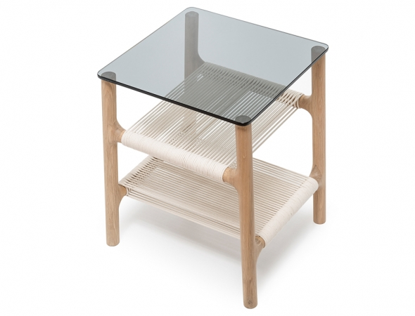 שולחן צד בעל מבנה עץ ומשטח זכוכית