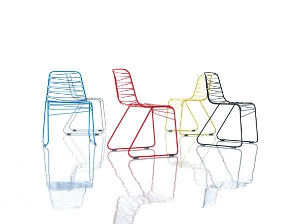 כסאות מתכת במגוון צבעים