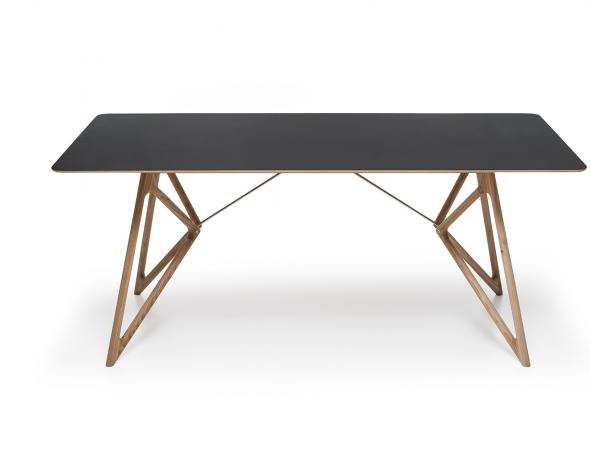 שולחן אוכל מעץ בעיצוב רטרו