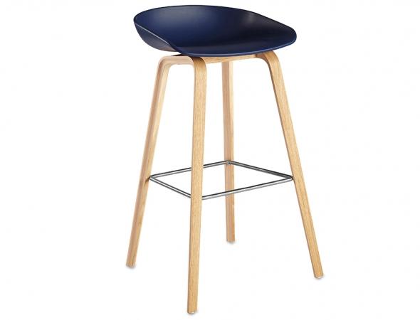 כסא בר כחול עם רגלי עץ