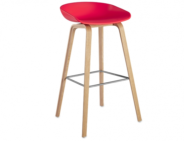 כסא בר אדום עם רגלי עץ