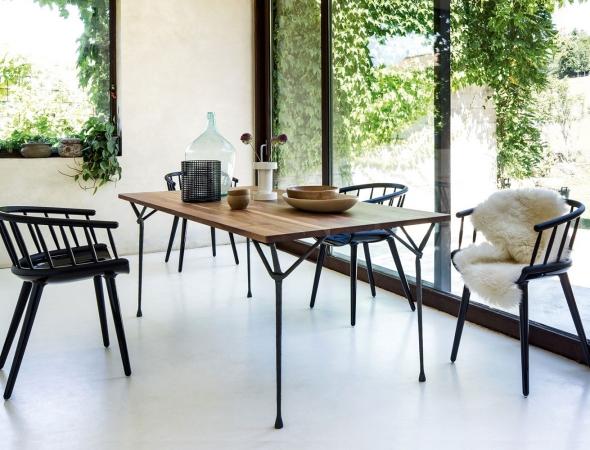 שולחן בעל משטח עליון מעץ ורגלי מתכת שחורות