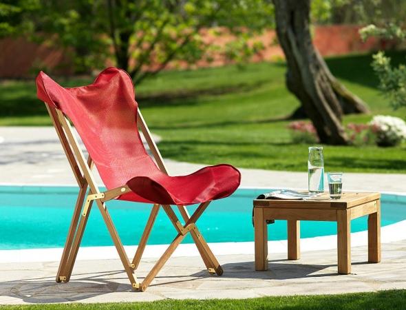 כסא מתקפל מעץ בצבע אדום