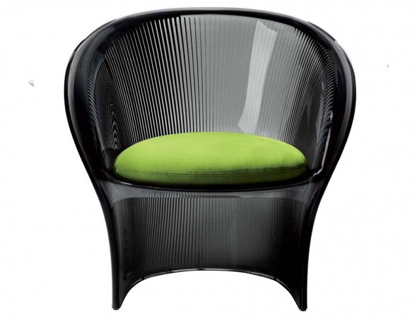 כסא מפלסטיק שחור עם כרית ירוקה