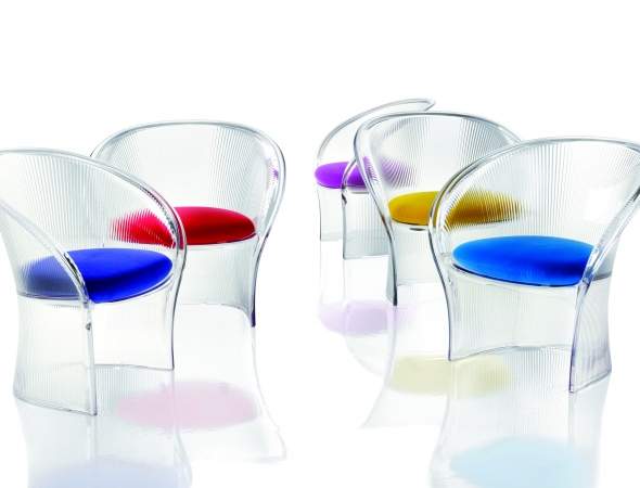 כסאות שקופים עם כריות ריפוד במגוון צבעים