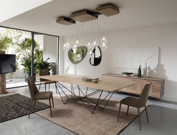 שולחן אוכל בעל בסיס מתכת מפוסל ופלטת עץ דקה