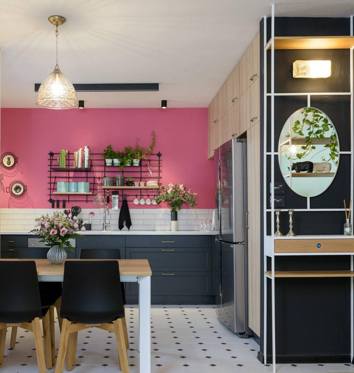 קיר כוח: אם אתם רוצים להעניק למטבח הנטרלי מראה ייחודי שמבטא אתכם, צבעו קיר אחד בגוון נועז. עיצוב: שני רינג