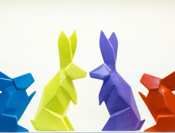 פסלי ארנבים צבעוניים