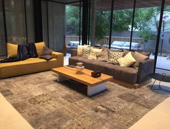 שטיח טלאים בגוונים אפורים