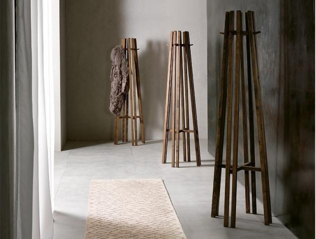 KALI מתלה מעץ מלא בעיצוב נקי. להשיג: MILANO BEDDING | הקומה השניי