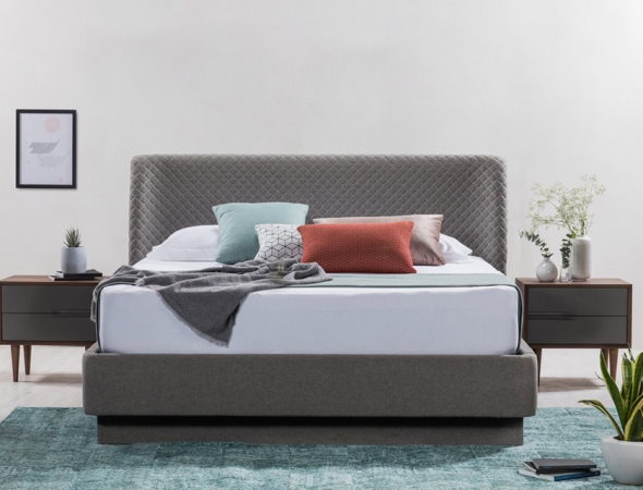 קרמן מיטה בעלת משענת מרופדת בגימור מעוגל