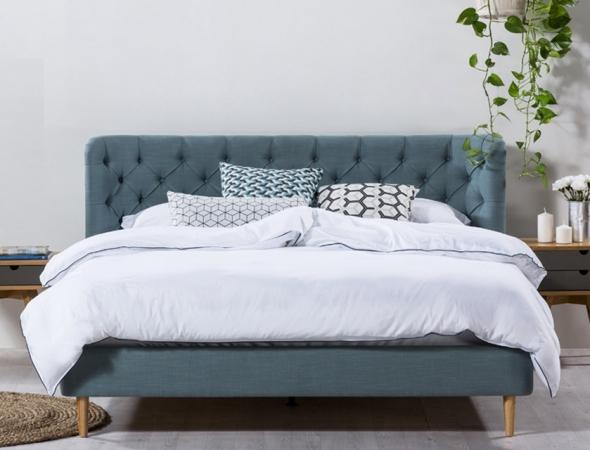 מיטה בעלת משענת מעוגלת